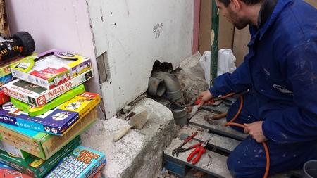 reparando una tubería de evacuación en la asociación