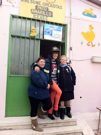 m_Pilar , Yoli y Charo posan muy contentas con representante suiza donante de 10quillarichi