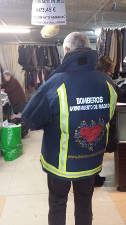 m_bomberos Ayudan estrenan chaqueton con logoquillarichi